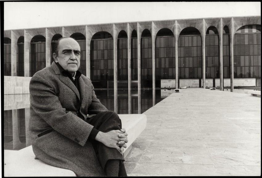 Oscar Niemeyer in front of Palazzo Mondadori
