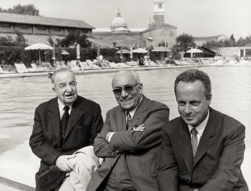 Arnoldo Mondadori con gli scrittori Giorgio Bassani e Aldo Palazzeschi. - Immagine concessa con licenza CC BY-SA 4.0