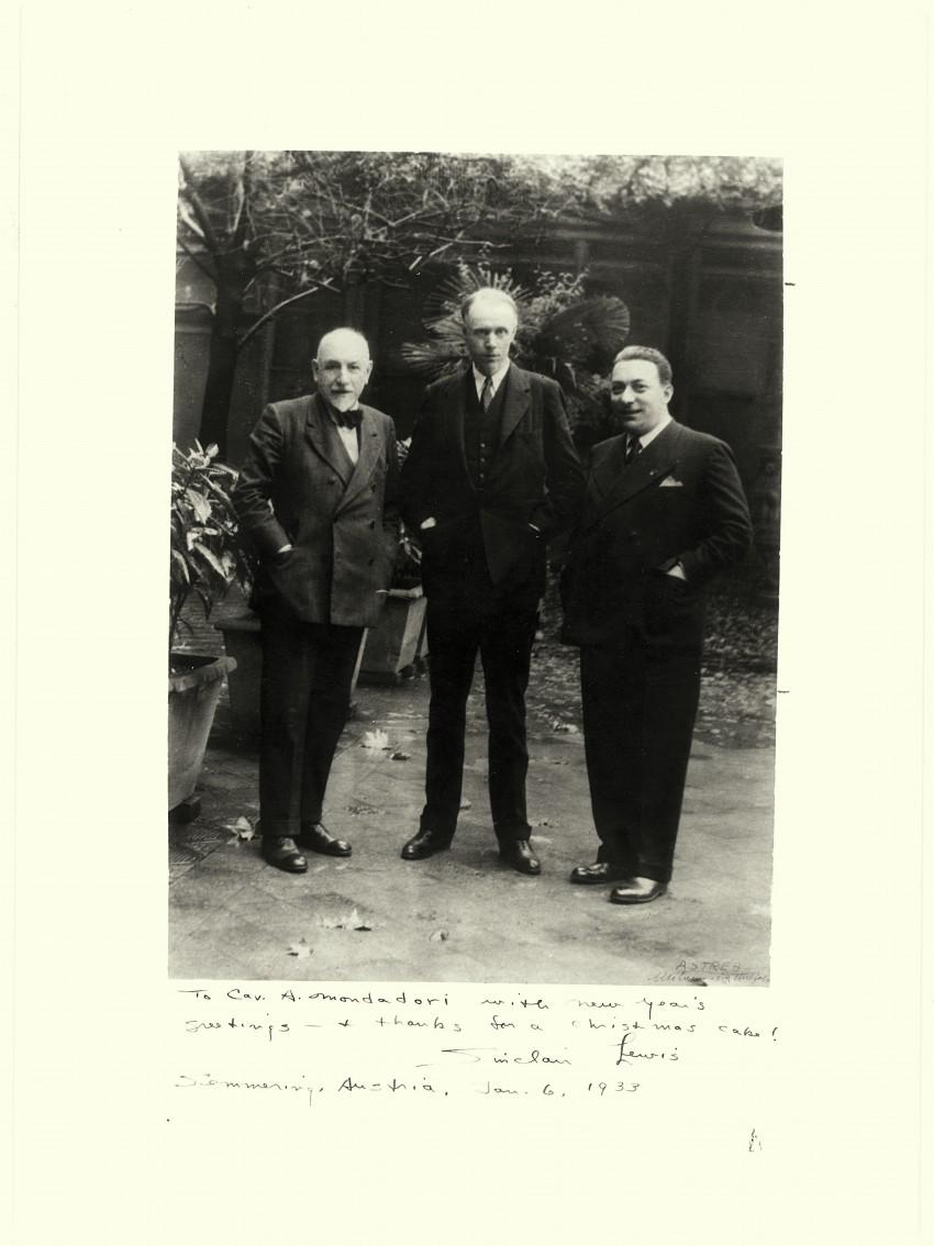 Arnoldo Mondadori con Luigi Pirandello e Sinclair Lewis. - Immagine concessa con licenza CC BY-SA 4.0